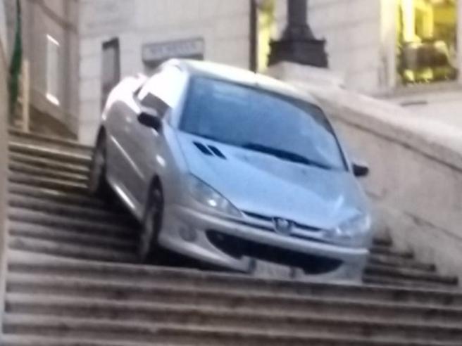 Auto finisce sulla scalinata di Trinità dei Monti