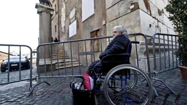 Sedie A Rotelle Roma : Sgombero giuseppina su sedia a rotelle si incatena davanti al