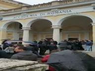 Elezioni europee, romeni in coda sotto la pioggia per votare alla loro Accademia
