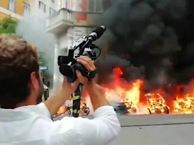 Incendio a Prati: le fiamme divorano scooter e auto davanti al liceo Alighieri