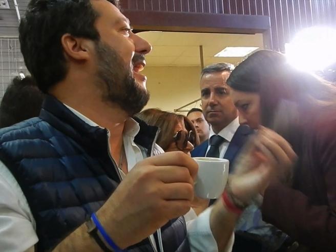 Salvini al mercato: «Il tramezzino? No  ho il colesterolo e la pressione alta. Posso bere solo un caffè al giorno»
