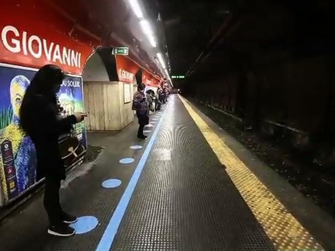 Coronavirus a Roma, prova sicurezza in metro: attesa in fila e lamentele