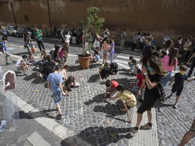 Ultimo giorno di scuola a Roma, fra i bambini che lo festeggiano all'aperto
