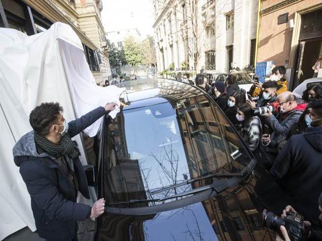 Lady Gaga (invisibile) lascia l'albergo a Roma: tunnel a soffietto e teli per nasconderla