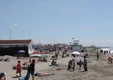 Aria d'estate al Lido di Ostia: tanti al mare per la prima tintarella
