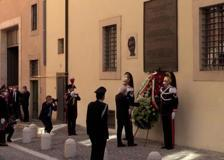 Aldo Moro, il presidente Mattarella depone una corona di fiori in via Caetani