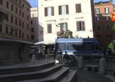 Aperitivo blindato a piazza della Madonna dei Monti: transennata la fontana