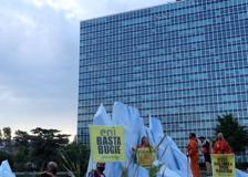 Greenpeace, attivisti su un iceberg sotto il palazzo dell'Eni a Roma