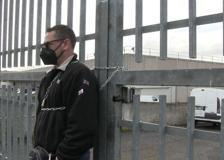 Milkman, i lavoratori si incatenano ai cancelli per chiedere un giusto contratto