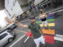 Fiumicino, strisce pedonali arcobaleno. Montino: «Rispondere a provocazioni»
