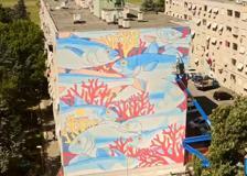 Il mare a Tor Bella Monaca: ecomurale sulla facciata di un palazzo popolare