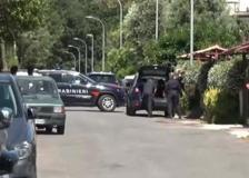 Barricato in casa ad Ardea, all'esterno  si sente un'esplosione