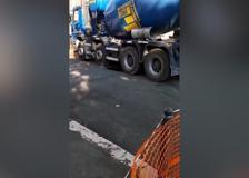 Roma, cede manto stradale: betoniera rimane incastrata