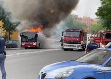 Roma, un autobus prende fuoco vicino all'ospedale Spallanzani
