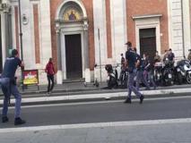 Roma Termini e lo  sparo in strada dopo  l'inseguimento all'uomo armato di coltello