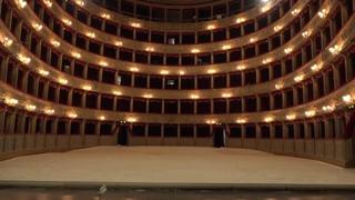 Il Teatro Argentina diventa una spiaggia: al posto della platea sabbia e lettini