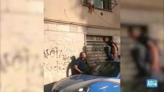 Roma, bimba di due anni in bilico sulla finestra: la salvano gli agenti