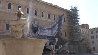 Lo street artist francese JR «squarcia» Palazzo Farnese. L'effetto ottico crea stupore fra i passanti