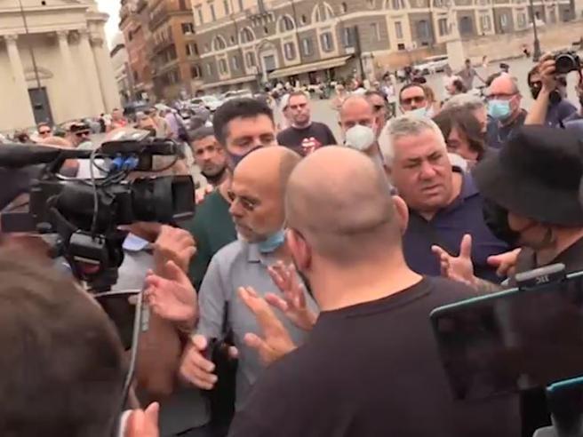 Giornalisti presi di mira alla protesta contro il Green Pass: tensione con i manifestanti a Roma