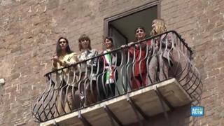 I Maneskin ricevono la Lupa Capitolina in Campidoglio: l'affaccio al balcone con la sindaca Raggi