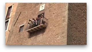 I Maneskin sul balcone di Palazzo Senatorio, i fotografi: «Non fate i timidi, un saluto»