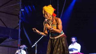 Il ritorno di Fatoumata Diawara a Roma: il concerto a Villa Ada dopo quasi 2 anni