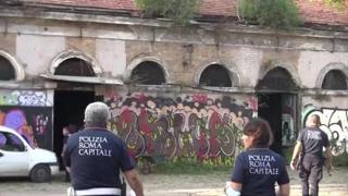 Polizia locale all'ex Mattatoio denuncia 10 vetturini per occupazione abusiva. Raggi su Fb: «Basta illegalità»