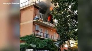 Roma, esplosione e fiamme in una palazzina a Roma