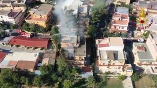Palazzina esplosa a Roma, le immagini dall'alto dell'incendio
