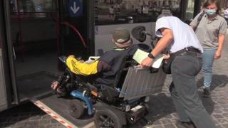 L'odissea quotidiana di Alessandro: «Roma non è una città per disabili»