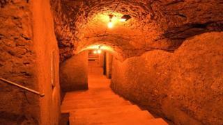 Cava etrusca, poi bunker e ora galleria d'arte: la rinascita del Bar Necci