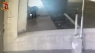 Roma: tre piromani fermati per gli incendi di scooter, auto e cassonetti