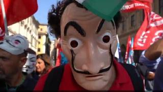 Roma, Alitalia in corteo con le maschere della Casa di Carta