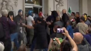 «No green pass», gruppo di manifestanti assalta la sede Cgil a Roma