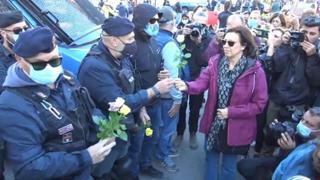 No Green Pass, 2mila partecipanti a Circo Massimo: le donne regalano fiori agli agenti