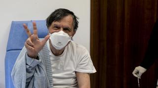 Il premio Nobel Giorgio Parisi riceve la terza dose di vaccino: «La paura è irrazionale»