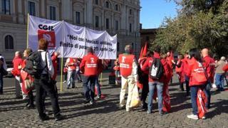 Roma, al via il corteo dei sindacati verso San Giovanni. Landini: «Per la democrazia»
