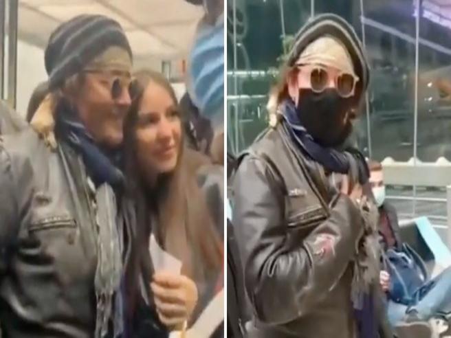 Johnny Depp all'arrivo a Fiumicino, volto semi coperto ma le fan lo riconoscono e parte l'assalto
