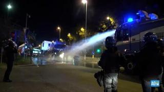 Trieste, la polizia disperde i manifestanti No Green pass con lacrimogeni e idranti