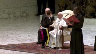 Vaticano, bimbo sale sul palco durante l'udienza generale