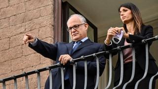 È il giorno di Gualtieri sindaco, al balcone con Virginia Raggi