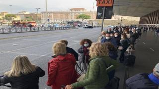 Sciopero dei taxi a Roma, la lunga fila di chi attende alla stazione Termini