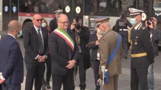 Roma, debutto del sindaco Gualtieri con la fascia tricolore: «Grandissimo onore»
