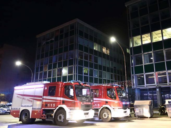 Roma, incendio nel palazzo occupato a via del Caravaggio: nessun ferito