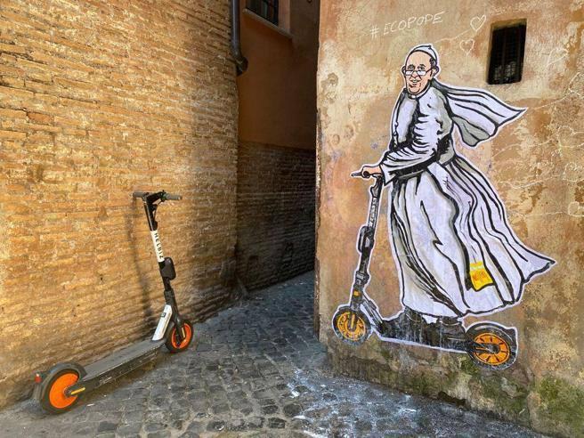 Il Papa in monopattino: nuovo murale di Maupal a Roma