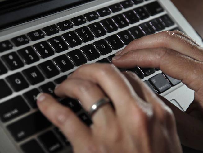 Attacco hacker: il pc usato dal figlio   dell?impiegato in smart working