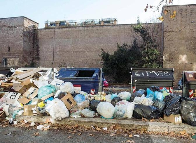 Roma, i rifiuti di Natale nelle strade: incendiati i ...