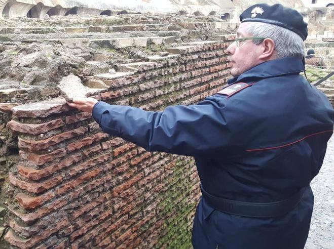 Roma, turista Usa si impossessa di un frammento del ...